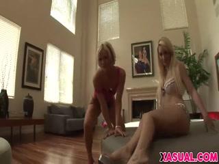Смотреть порно видео мама и дочка занимаются сексом на диване в гостиной комнате - домашнее развлечение для дрочки