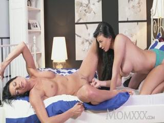 Зрелую блондинку трахают страпоном две молодые девушки-лесбиянки
