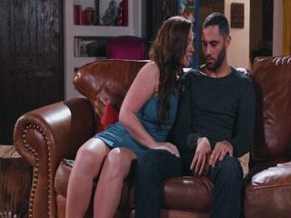 Сексуальные голые зрелые дамы трахаются с молодыми парнями во все дырки на диване