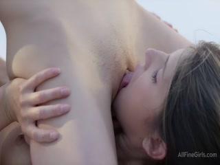 Порно видео лесби - две брюнетки трахаются с парнем в бассейне