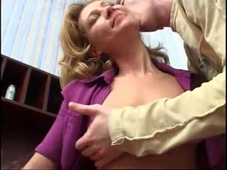 Зрелую блондинку ебут в жопу два